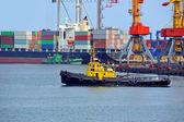 Schlepper und Port Cargo-Kran — Stockfoto