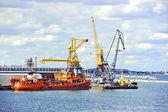 Nave de búnker (cisterna de reabastecimiento de combustible) bajo grúas de puerto — Foto de Stock