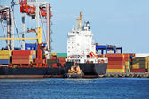 Tugboat assisting container cargo ship — Foto Stock