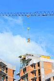 Gru sollevamento contenitore di miscelazione di cemento — Foto Stock