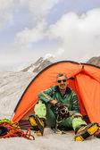 El escalador en tienda de campaña contra las montañas altai — Foto de Stock