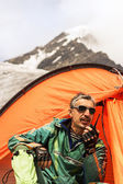 The rescuer in mountains talks on handheld transceiver — ストック写真