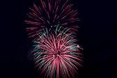 Coloridos fuegos artificiales sobre el fondo de cielo negro — Foto de Stock