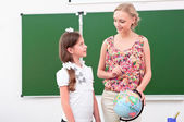 Teacher explains the lesson in geography — Stock Photo