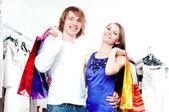 Couple de sourire shopping au centre commercial — Photo