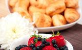 Frukost med bär, mjölk och croissant — Stockfoto