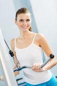 年轻女人在做在健身房健身 — 图库照片