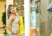 Portrait of a beautiful woman in a shopping center — 图库照片