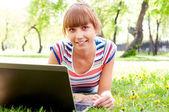 Bir dizüstü bilgisayar ile bir kadın portresi — Stok fotoğraf