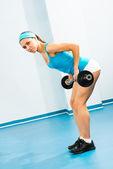 Mladá žena, která dělá kondiční posilování v tělocvičně — Stock fotografie