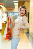 Portrait of a beautiful woman in a shopping center — Photo
