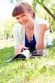 Portret van een mooie vrouw in zomer park — Stockfoto