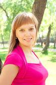 Portrait d'une femme dans un parc d'été — Photo