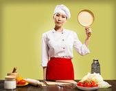 Chef mujer china sostiene una bandeja de cerámica — Foto de Stock