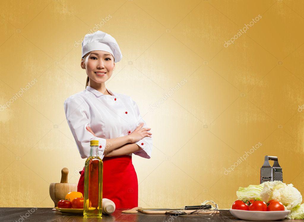 Cuisinier asiatique femme crois ses bras photographie for Cuisinier bras