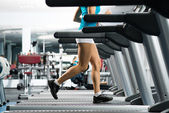 Woman running on a treadmill — 图库照片