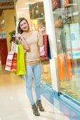 Portret van een mooie vrouw in een winkelcentrum — Stockfoto