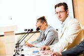 бизнесмены общаться на конференции — Стоковое фото