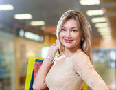 Portrait of a beautiful woman in a shopping center — Stockfoto
