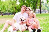 Gelukkige jonge familie met labrador — Stockfoto