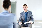 Homme d'affaires, parler à une femme pour un emploi — Photo
