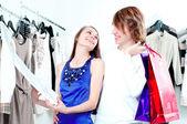Winkelen glimlach paar in het winkelcentrum — Stockfoto