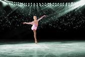 Prestaties van de jonge schaatsers, ice show — Stockfoto