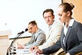 Podnikatelé komunikovat na konferenci — Stock fotografie
