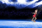 Rendimiento de jóvenes patinadores, show sobre hielo — Foto de Stock