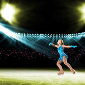 Genç patenciler, buz pateni gösterisi performansını — Stok fotoğraf