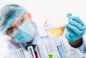 Forskare som arbetar i labbet — Stockfoto
