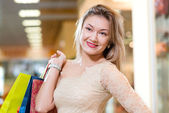 一个美丽的女人在一个购物中心的肖像 — 图库照片