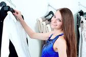 服を買うモールで若い女性 — ストック写真