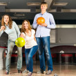 Group of young friends playing bowling — Stock fotografie