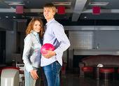 Mladý pár hraje bowling — Stock fotografie