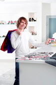 Man at shopping checkout paying credit card — Stockfoto