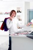 Man bij het winkelen afhandeling creditcard betalen — Stockfoto