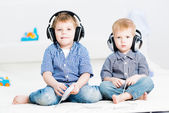 Two brothers playing on a games console — Stock Photo