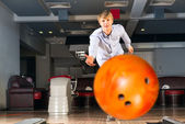 Giovane uomo, giocare a bowling — Foto Stock