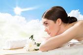 Kobieta piękny kurort leżący na kanapie — Zdjęcie stockowe