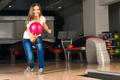 Piacevole giovane donna getta una palla da bowling — Foto Stock