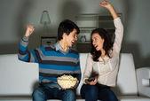 ソファでテレビを見ているカップル — ストック写真