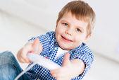 Niño jugando en una consola de juegos — Foto de Stock