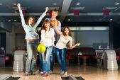 Bowling oynayan genç arkadaş grubu — Stok fotoğraf