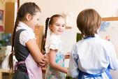 孩子们画画架的图片 — 图库照片