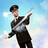 пилот в форме расширения руку, чтобы самолет — Стоковое фото