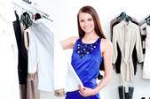 Ung kvinna i köpcentret köpa kläder — Stockfoto