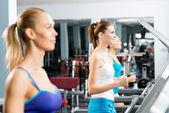 Kobiety bieganie na bieżni — Zdjęcie stockowe