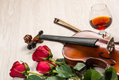 Violin, rose, glass and music books — Stock Photo