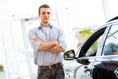 Muž, který stojí poblíž auto — Stock fotografie